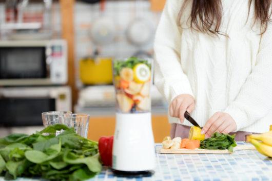 ぶんぶんチョッパーに入れる前に野菜をカット